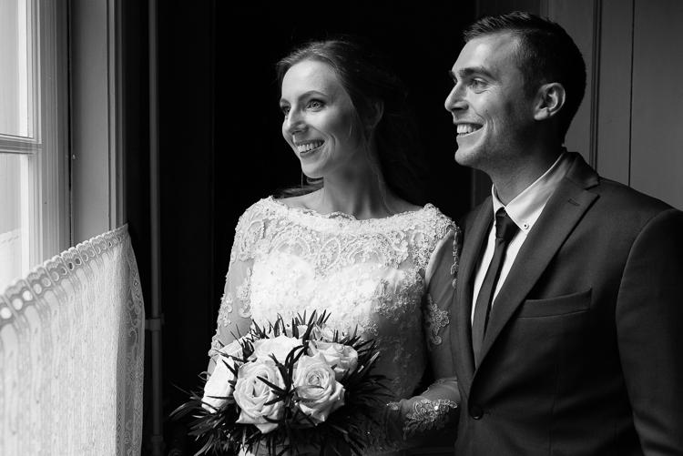 Mooie liefdevolle huwelijksceremonie bij het ouderlijk huis